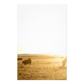 Vaches au lever de soleil sur les prairies papier à lettre customisable