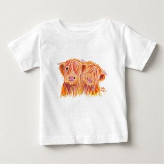 """Vaches des montagnes """"amis"""" par Shirley MacArthur T-shirt Pour Bébé"""
