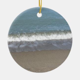Vague de la mer sur la plage de sable ornement rond en céramique