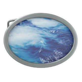 Vagues d'eau bleue dans l'océan boucles de ceinture ovales