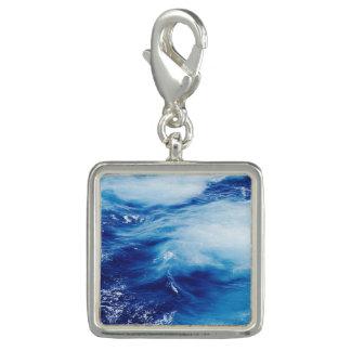 Vagues d'eau bleue dans l'océan breloque avec photo
