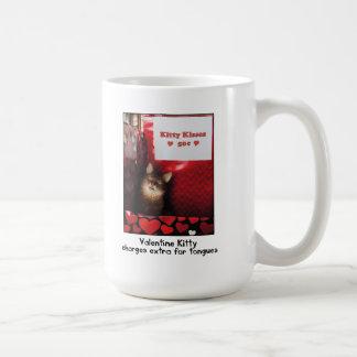 Valentine Kitty embrassant la tasse de cabine
