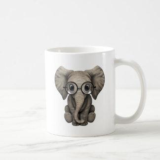 Veau mignon d'éléphant de bébé avec des verres de mug