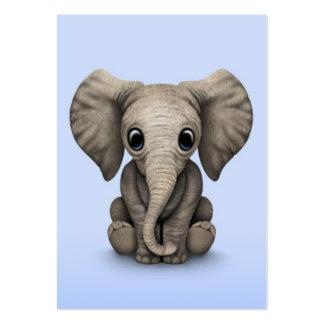 Veau mignon d'éléphant de bébé s'asseyant, bleu-cl carte de visite grand format