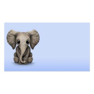 Veau mignon d'éléphant de bébé s'asseyant, bleu-cl carte de visite standard