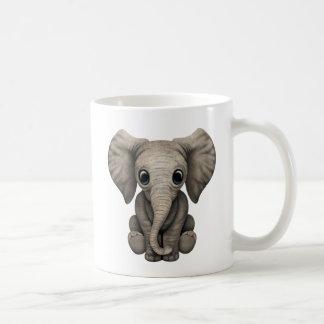 Veau mignon d'éléphant de bébé s'asseyant mug