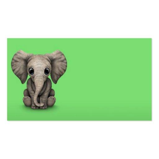 Veau mignon d'éléphant de bébé s'asseyant, vert cartes de visite personnelles