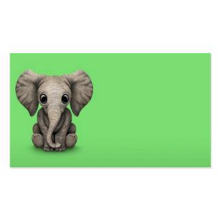 Veau mignon d'éléphant de bébé s'asseyant, vert carte de visite standard