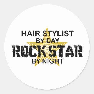 Vedette du rock de coiffeur par nuit autocollant rond