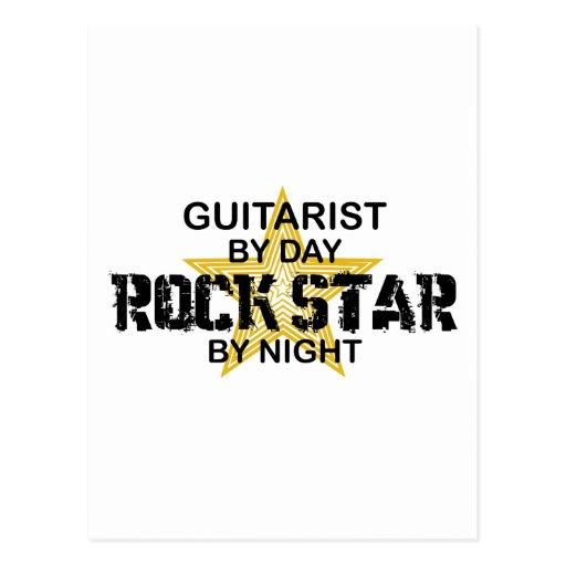 Vedette du rock de guitariste par nuit carte postale