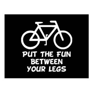 Vélo entre les jambes carte postale