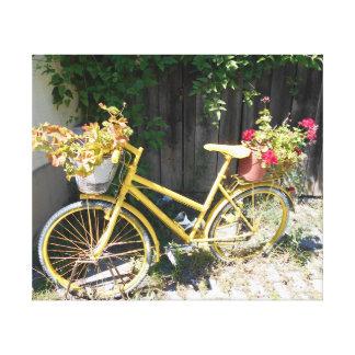 Vélo jaune de fleur sur la rue toile