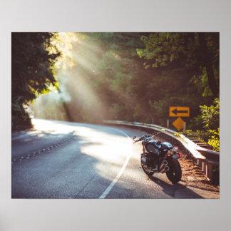 Vélo/moto sur la route poster