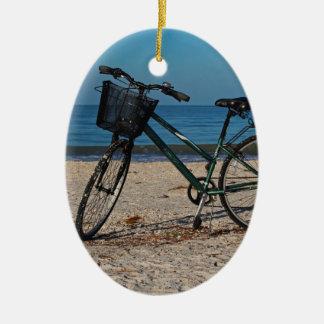 Vélo sur la plage aux pieds nus II Ornement Ovale En Céramique