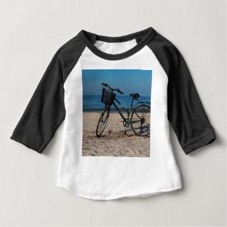 Vélo sur la plage aux pieds nus II T-shirt Pour Bébé