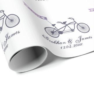 Vélo tandem mignon et mariage de bannière d'amour papier cadeau