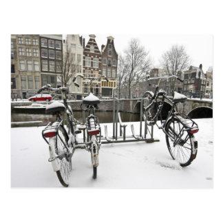 Vélos à Amsterdam neigeux dans Pays-Bas Carte Postale