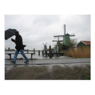 Vent et pluie à la carte postale de moulins à vent