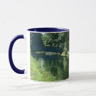Verdure et eau de promenade de rivière de journée tasses