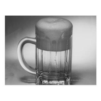 Verre de bière de débordement carte postale
