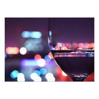 Verre de vin abstrait dans un arrangement romantiq faire-part personnalisables