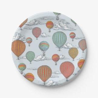 Vers le haut du ballon à air chaud vintage haut et assiettes en papier