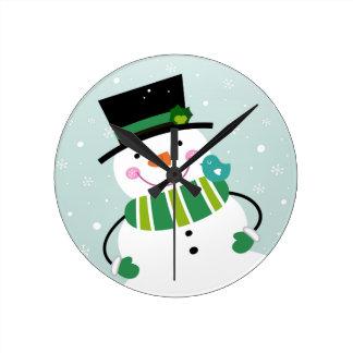 Vert blanc de petit bonhomme de neige mignon horloge ronde