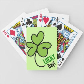 vert chanceux de trevol avec l'arrière - plan vert jeu de cartes