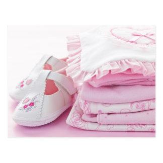 Vêtements roses de bébé pour le baby shower carte postale