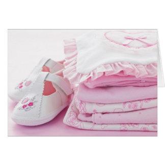 Vêtements roses de bébé pour le baby shower cartes de vœux