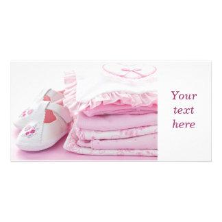 Vêtements roses de bébé pour le baby shower cartes de vœux avec photo