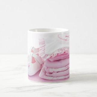 Vêtements roses de bébé pour le baby shower mug blanc