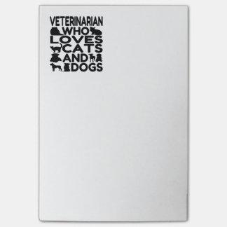 Vétérinaire qui aime des chats et des chiens