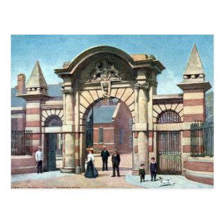 Vieille carte postale - casernes navales royales,