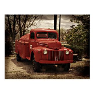 Vieille carte postale rouge de camion de pompiers