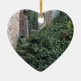 Vieille ferme abandonnée de pays dans les bois ornement cœur en céramique
