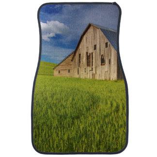 Vieille grange dans le domaine du blé de mars tapis de voiture