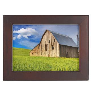 Vieille grange entourée par le gisement 1 de blé boîte à souvenirs