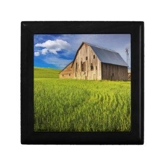 Vieille grange entourée par le gisement 1 de blé petite boîte à bijoux carrée