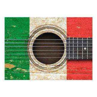 Vieille guitare acoustique avec le drapeau italien