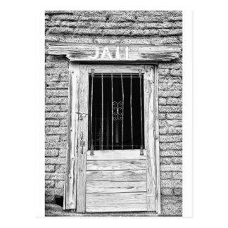 Vieille porte de prison en noir et blanc carte postale