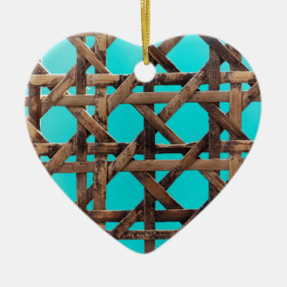 Vieille vannerie en bois ornement cœur en céramique