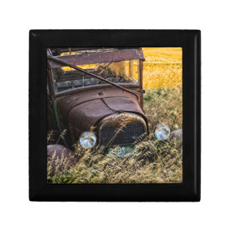 Vieille voiture abandonnée dans l'herbe grande petite boîte à bijoux carrée