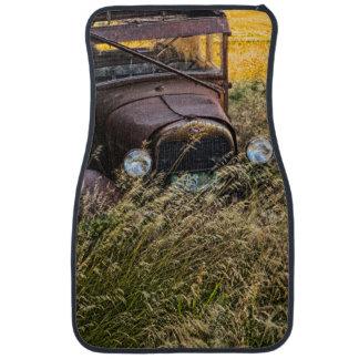 Vieille voiture abandonnée dans l'herbe grande tapis de sol