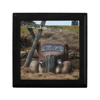 Vieille voiture petite boîte à bijoux carrée