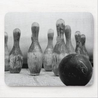 Vieilles goupilles et boule de bowling tapis de souris