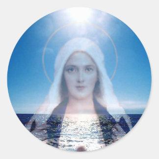Vierge Marie béni au-dessus de l'océan Sticker Rond
