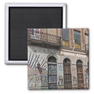 Vieux bâtiment avec le graffiti et les portes de b magnets pour réfrigérateur
