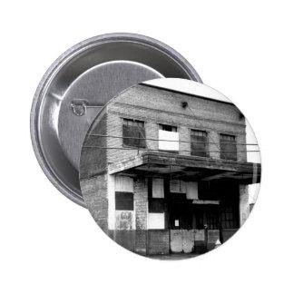 Vieux bâtiment d abandon badge avec épingle