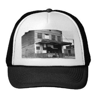 Vieux bâtiment d'abandon casquette de camionneur